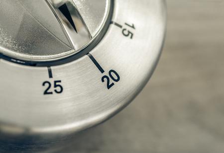 20 Minutes - Macro Of An Analog Chrome Kitchen Timer On Wooden Table Archivio Fotografico