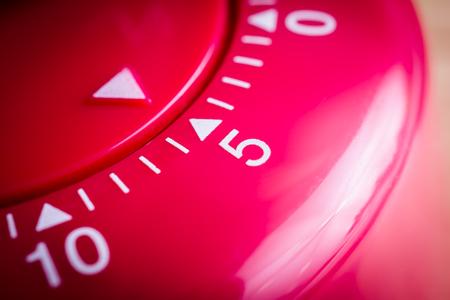 5 minutes - Une macro d'une minuterie d'oeufs de cuisine rouge plat Banque d'images