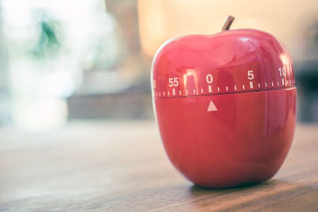 Minutes - 1 Hour - Red Kitchen Egg Timer In Apple Shape On A Table Banque d'images
