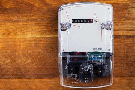 electric meter: el medidor de electricidad en una pared de madera