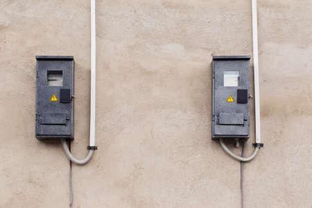 electric meter: el medidor de electricidad en un muro de hormigón Foto de archivo
