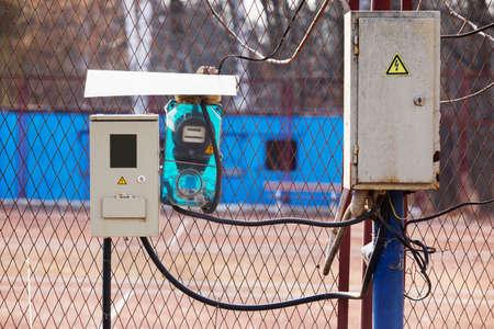 electric meter: el medidor eléctrico y una caja de conexiones Foto de archivo