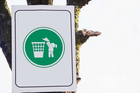 botar basura: tirar basura señal está prohibido que cuelga en un árbol