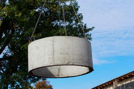 Crane with hooks raises heavy concrete structure Imagens - 124883572