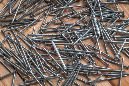 unas largas: las u�as largas en el fondo de madera Foto de archivo