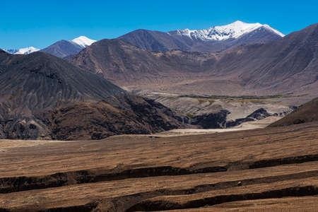rd: incredibile montagna nera e il deserto, Leh-Nubra Valley Rd. Ladakh, India Archivio Fotografico