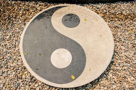 piedras zen: Piedra del símbolo de Yin-Yang en Rongkhun Templo Chiangrai, Tailandia.