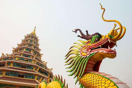 bouddha: Statue de dragon et la pagode au temple Hyuaplakang, Tha�lande