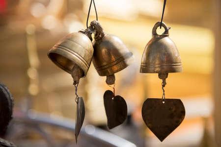 bell bronze bell: Peque�o bronce campana budista en Phra Borommathat templo Tak, Tailandia