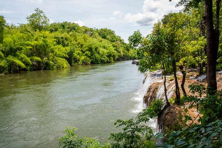 Las caídas de Sai Yok Yai en Sai Yok Kanchanaburi Parque Nacional de Tailandia. Foto de archivo - 42791652