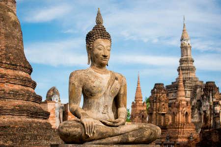 Oude Standbeeld van Boedha bij Sukhothai historisch park, Mahathat Temple, Thailand.