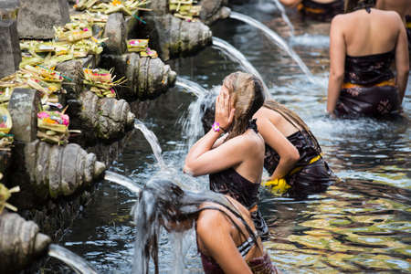 templo: Tomar un ba�o de viajeros en la Santa Agua de manantial Tirta Empul templo hind�, Bali Indonesia.