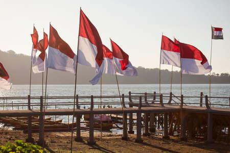 Banderas de Indonesia en el lado del lago Bali, Indonesia. Foto de archivo - 47950798