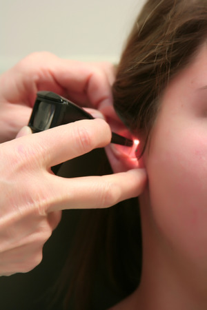 dolor de oido: Checking the Patients Ears
