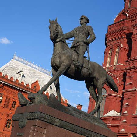 Georgi Schukow auf dem Hintergrund des Historischen Museums in Moskau.