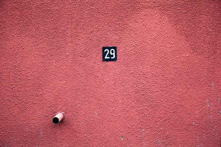 raue strukturierte Wand ist rot Parkplatz Nr. 29
