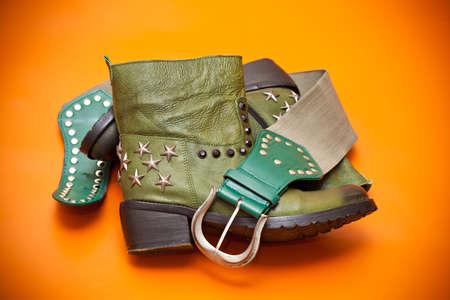 Gr�ne Stiefel und gr�nen G�rtel mit silberner Schnalle, Western-Stil Lizenzfreie Bilder