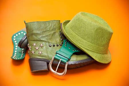Gr�ne Schuhe, gr�ne Hut und G�rtel, Stillleben von Bekleidung - Cowboy-Stil