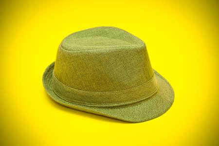 modernen gr�nen Hut im Cowboy-Stil auf einem gelben Hintergrund Lizenzfreie Bilder