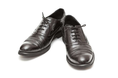 Modische M�nner klassische Lederschuhe in schwarz auf wei�em Hintergrund