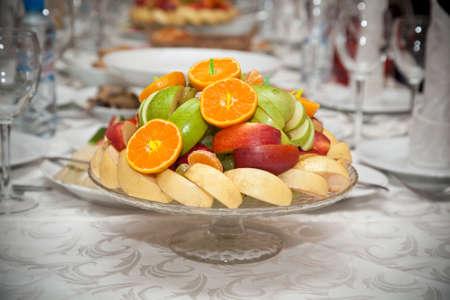 Obstteller auf dem festlich gedeckten Tisch