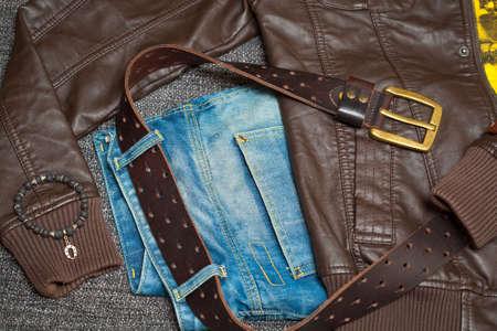 Braune Lederjacke, Jeans mit einem G�rtel, Hemd und Armband am Arm