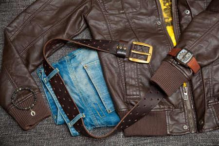 Lederjacke, Jeans mit einem G�rtel, Hemd, Uhr und Armband am Arm Lizenzfreie Bilder