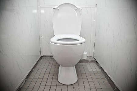Wei� WC-Sch�ssel in einem Badezimmer Lizenzfreie Bilder