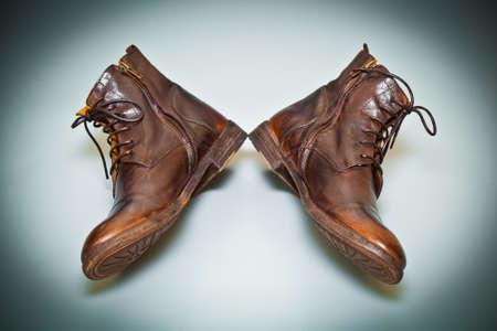 zapatos escolares: zapatos de los hombres de cuero frescos hechos a mano. zapatos de la vieja escuela vista desde arriba Foto de archivo