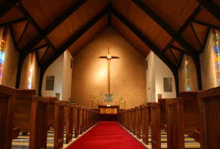 hymnal: All'interno di una grande, moderna chiesa con pews croce e visibile.