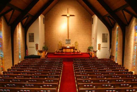 hymnal: All'interno di una grande e moderna chiesa. � vista dal balcone della chiesa e di tutte le pews e hymnals sono visibili.