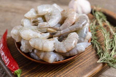 Close up of raw shrimps on wooden background Banque d'images