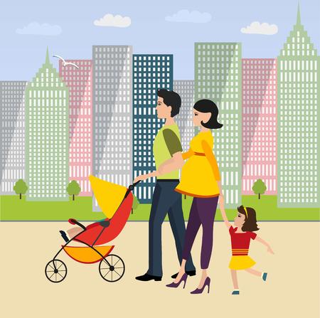 가족이 이웃을 산책합니다. 아빠가 아기 유모차를 굴려 아들과 임신 한 어머니가 딸 손으로 이끌어 간다.