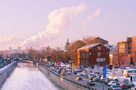 堤防モスクワ 2012 年 12 月にセブン ・ シスターズ伝統的な渋滞のヤウザ川堤防