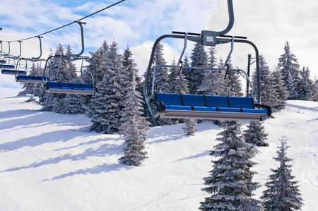 コパオニク国立公園リゾートで椅子とスキー場のリフト。セルビア。