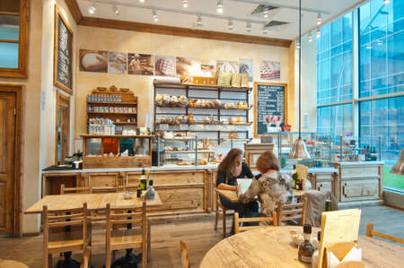bread shop: Variet� di prodotti da forno in una panetteria