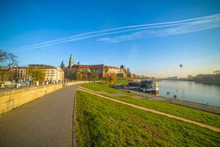 クラクフ、ポーランド - 2015 年 11 月 3 日: 2015 年 11 月 3 日にポーランドのクラクフで川沿いの血管とヴァヴェル城 報道画像