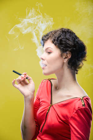 girl smoking: Muchacha que fuma en el fondo de color. Natural imagen sin retocar.