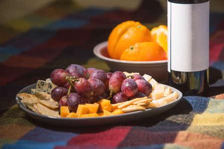色の毛布で覆われたワインボトルをテーブルを添えてください。