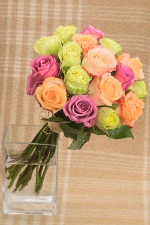 バラの花の市松模様の背景に色とりどりの花束 写真素材