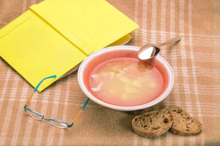 メガネと本格子縞格子縞の背景に赤のプレートでエンドウ豆のスープ 写真素材
