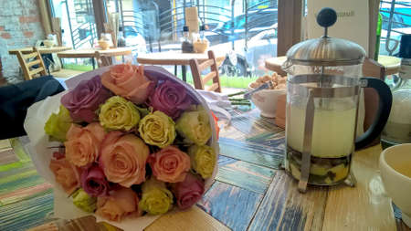 モスクワ, ロシア連邦 - 2016 年 3 月 8 日: 市内中心部のカフェ テーブルの上の色とりどりの花束とティーポットをモスクワ、ロシアで 2016 年 3 月 8 日
