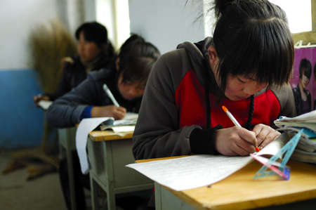 The picture shows an exam. Students are in a serious answer.Xingtai City, Hebei Province, China, April 1, 2010. 新聞圖片