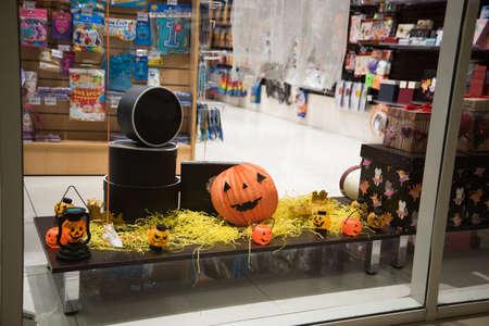 Gift shop window decorated for Halloween. Pumpkins on display. Banco de Imagens