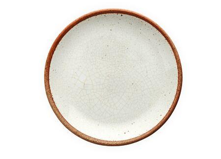 Assiette en céramique, assiette vide avec bord marron, vue d'en haut isolée sur fond blanc avec un tracé de détourage
