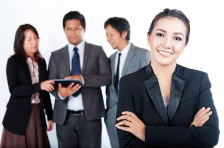 mujeres maduras: Equipo de negocios, uno empresarias y su equipo en el fondo