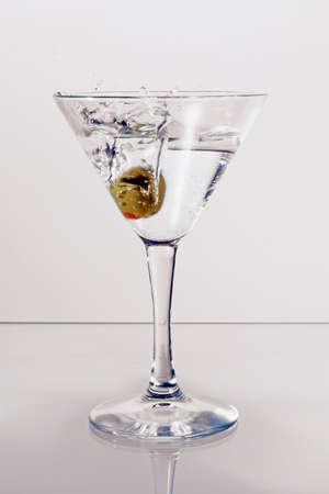 copa martini: Vidrio de Martini con una aceituna