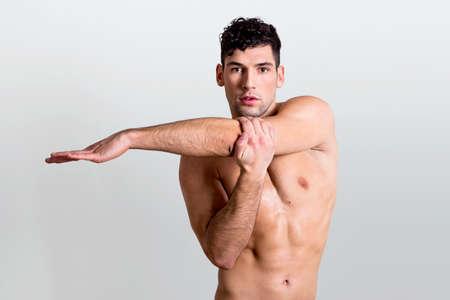stretching: Hombre guapo que se extiende