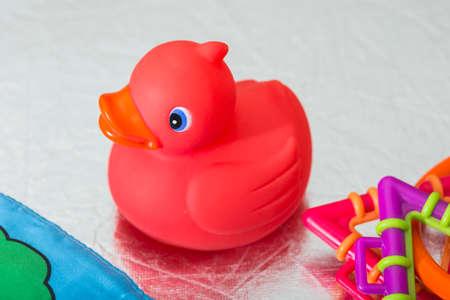 agachado: Pato de juguete rojo para el baño