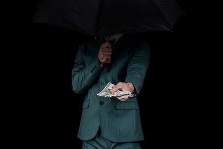 corrupcion: Gangster ofreciendo dinero detrás del paraguas